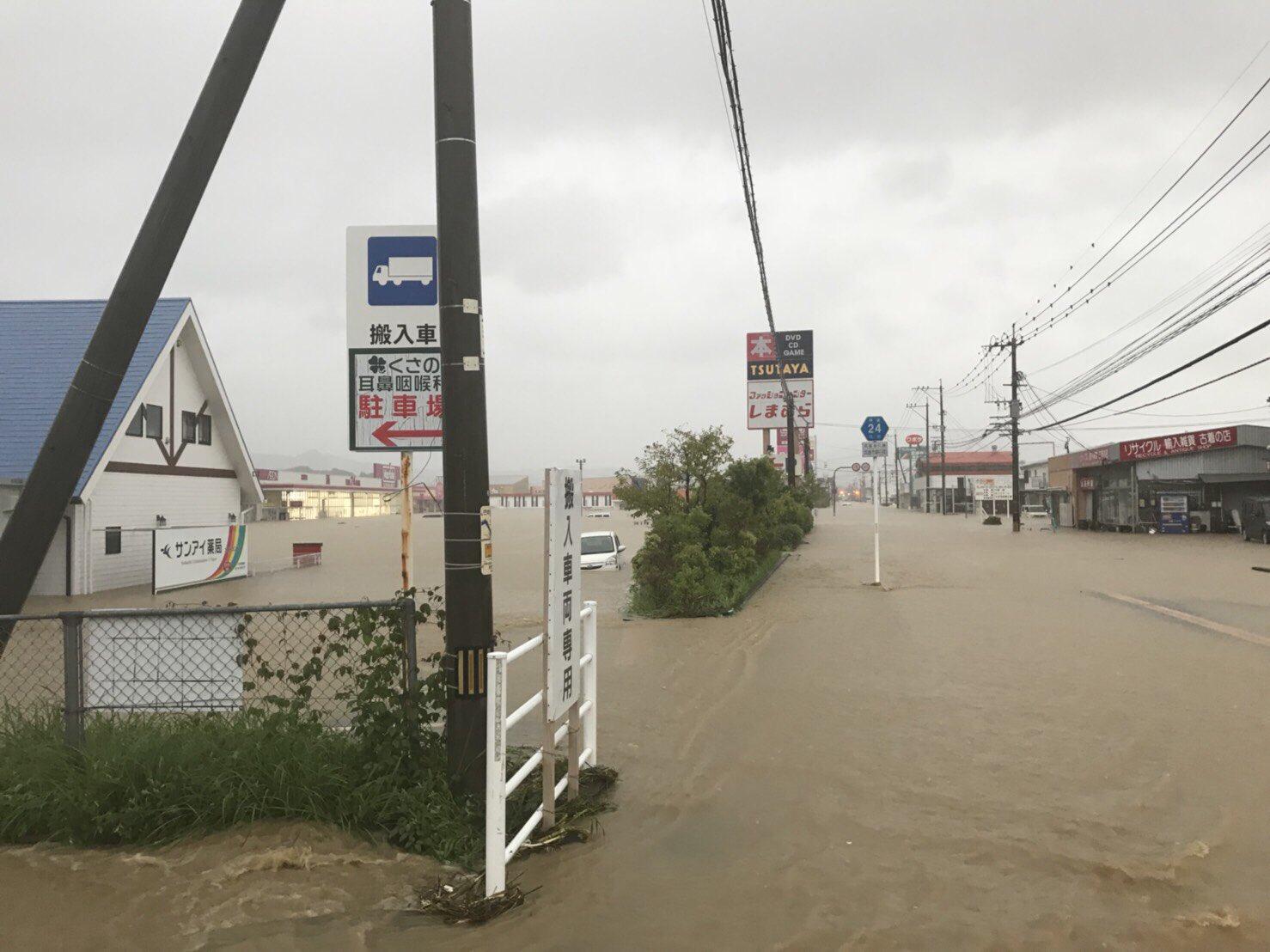 武雄市の道路や建物が冠水・浸水している現場の画像
