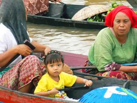 Busy n playing at #Floating market #Banjarmasin #banjarmasintour #wisatabanjarmasin  #wisatakebanjarmasin #tourguide  #touristguidebanjarmasin #guidebanjarmasin…pic.twitter.com/pexU9In5gT