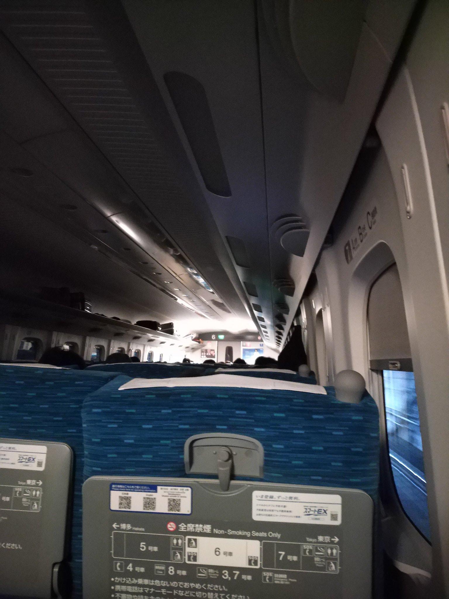 東海道新幹線の小田原駅~新富士駅間の落雷で停電している新幹線の車内の画像
