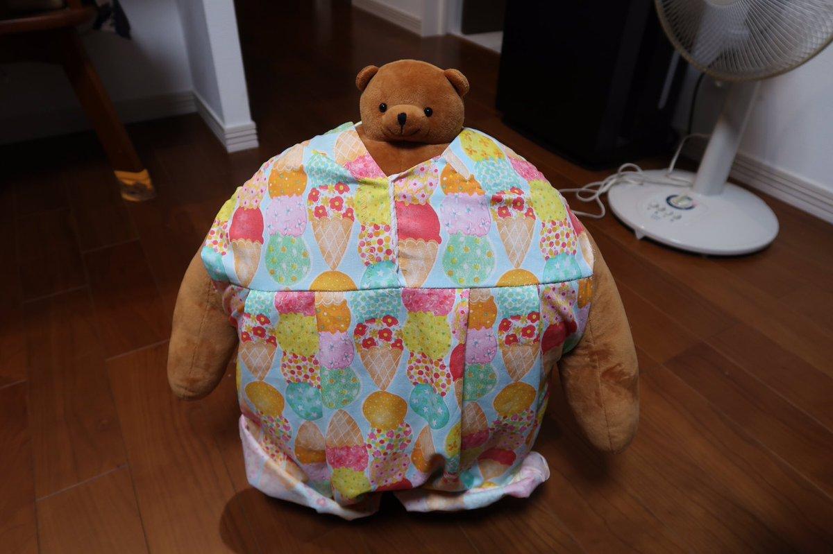 前に写真を見せた時にこのクマを見て「かわいいなぁ、いいなぁ」と言っていて、この前「一緒に住んであげて」と言って渡したら「うれしいなぁ。名前は何にしようかな」なんて言っていたんだけど、昨日聞いたら「夏に来たから夏子」とのこと。夏だからアイスクリーム柄、扇風機の前が特等席らしい。