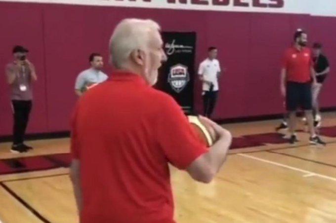 【影片】70歲任然活力十足!波波維奇和球隊隊員一起訓練,在熱身賽中更是在場邊調皮追求!
