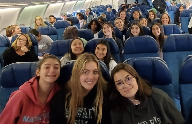 Eastlake Volleyball is off to Hawaii. Aloha everyone 🏝🌺🌋