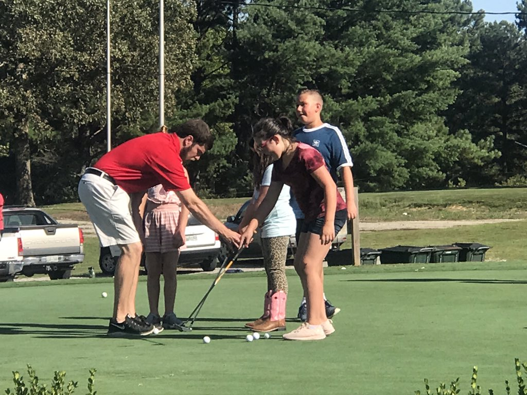 Today was a beautiful day for playing golf! A special thank you to the high school and middle school students for teaching our students lessons involving golf skills today. CIS had 63 students in attendance! 🐾 🏌️‍♀️ 🏌️ ⛳️ #hcbest4kids https://t.co/0POqRtTNIa