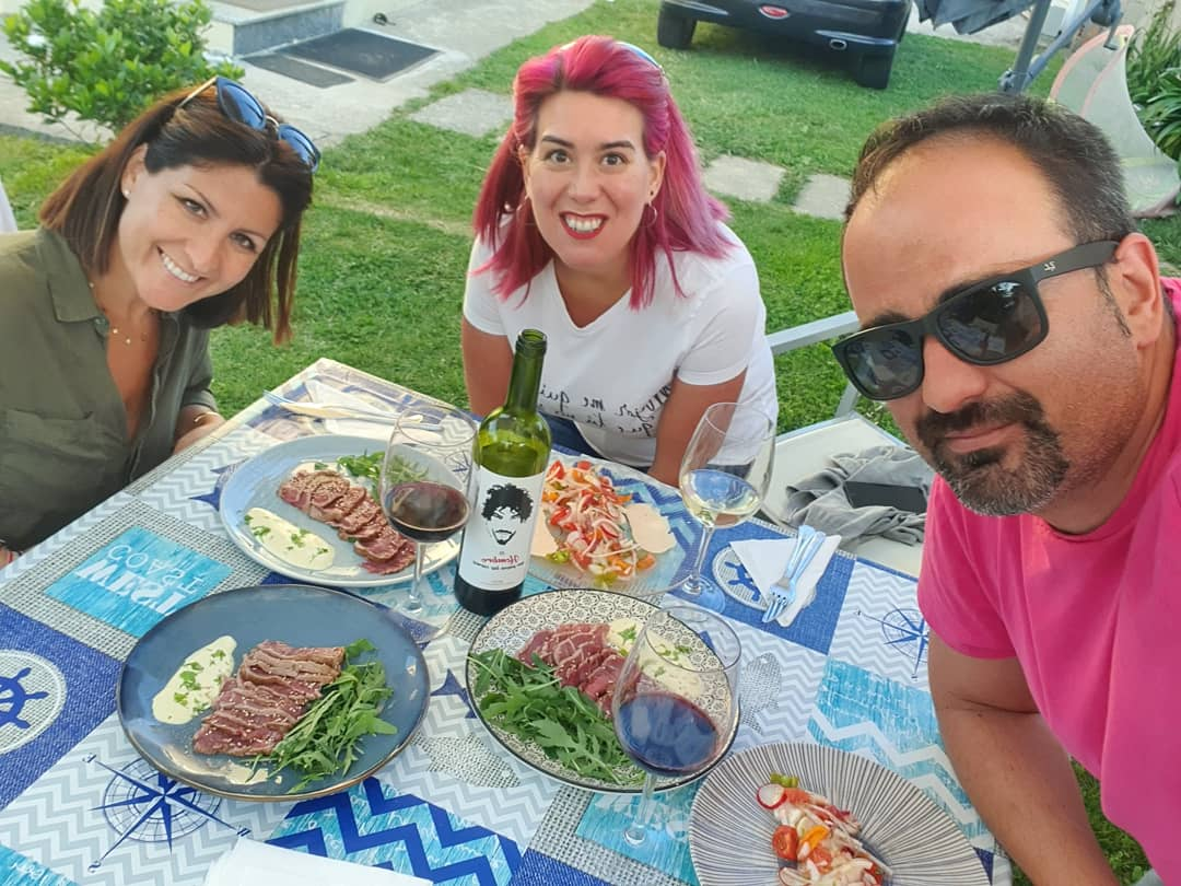 #miercolesdevino y sacamos a pasear a #elhombrequepasealascarnesrioja con unosnplatos maravillosos. Ceviche de vieira de @lolyllano #ogarfelo y tataki de solomillo de ternera gallega de @guisandomelavida de #guisandomelavida  #vigo #foodies #riasbaixas #cocina