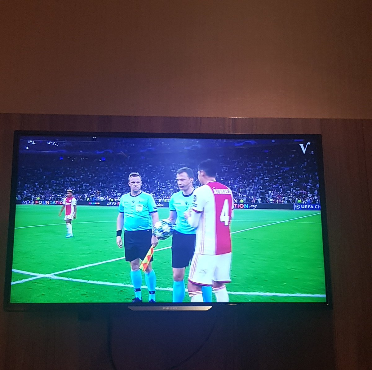Watching @AFCAjax in my hotel room in Rotterdam! #UCLPlayoff https://t.co/QxEuhrttKA