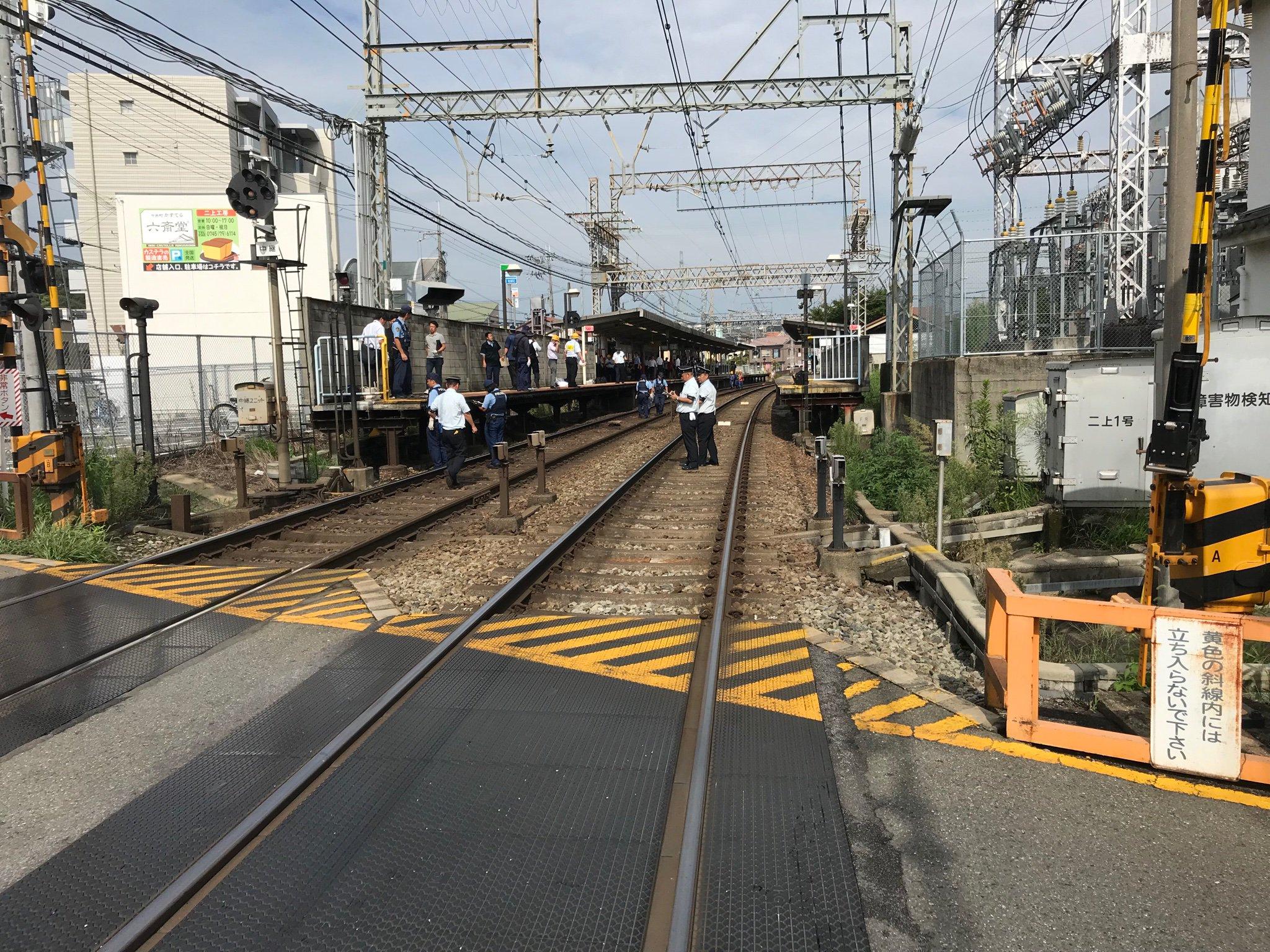 二上駅の人身事故で警察官らが現場検証している画像