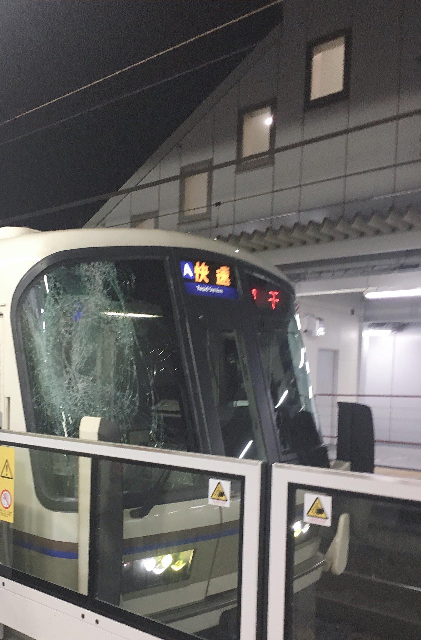 高槻駅で中学生が飛び込み自殺を図りフロントガラスが破損している画像