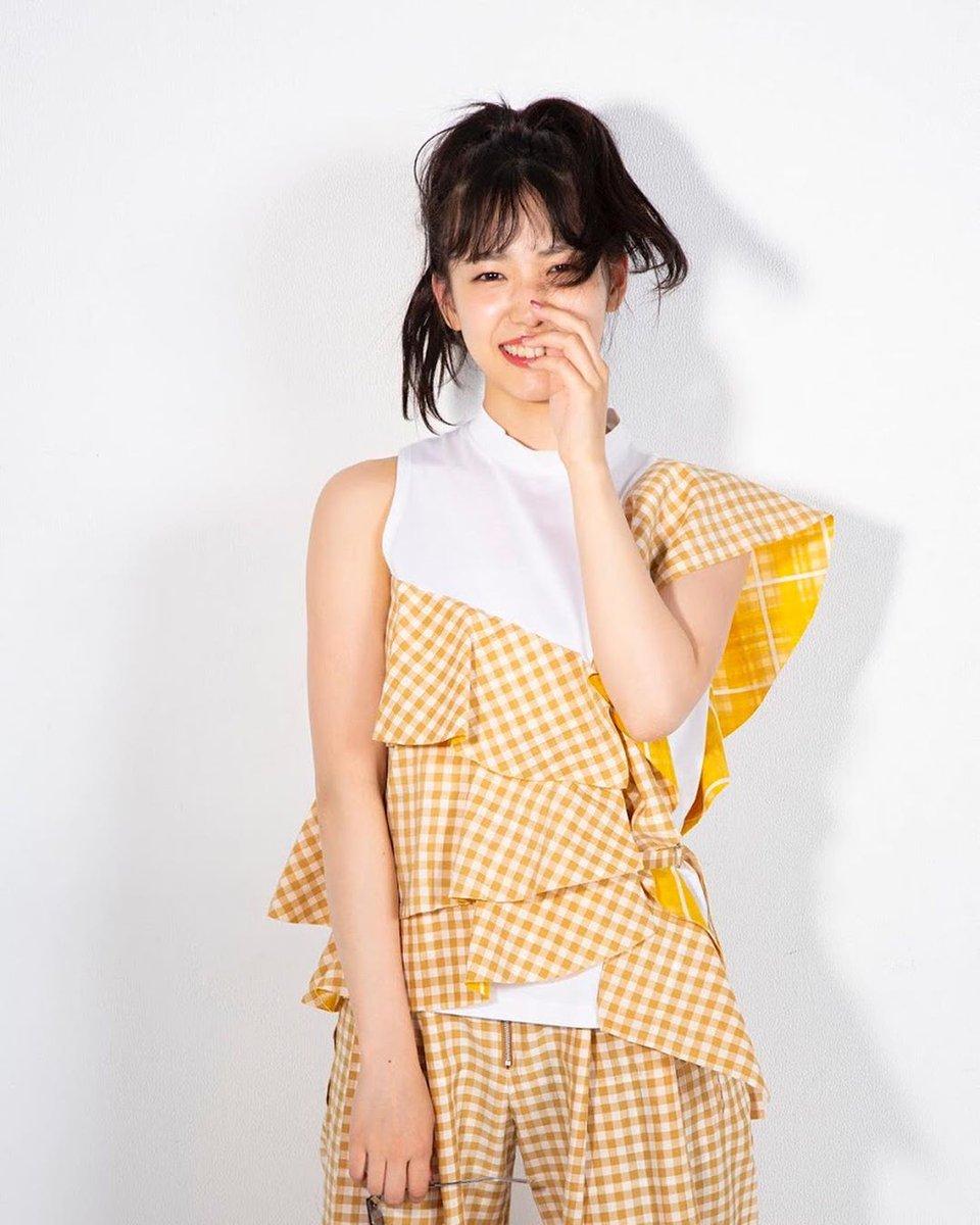 Instagram 20190829 POP Marine チェックと黄色って最高の相性だよね  大胆フリルのセットアップで現れたおめかし女王 あえてノーアクセで挑むくらいが引き算上手ってやつよ♪ #下尾みう #SHETHREE #SHETHREEMAGAZINE #shitaomiu #miushitao #시타오미우 #akb48 #チーム8 #team8pic.twitter.com/n3yooGLX3g