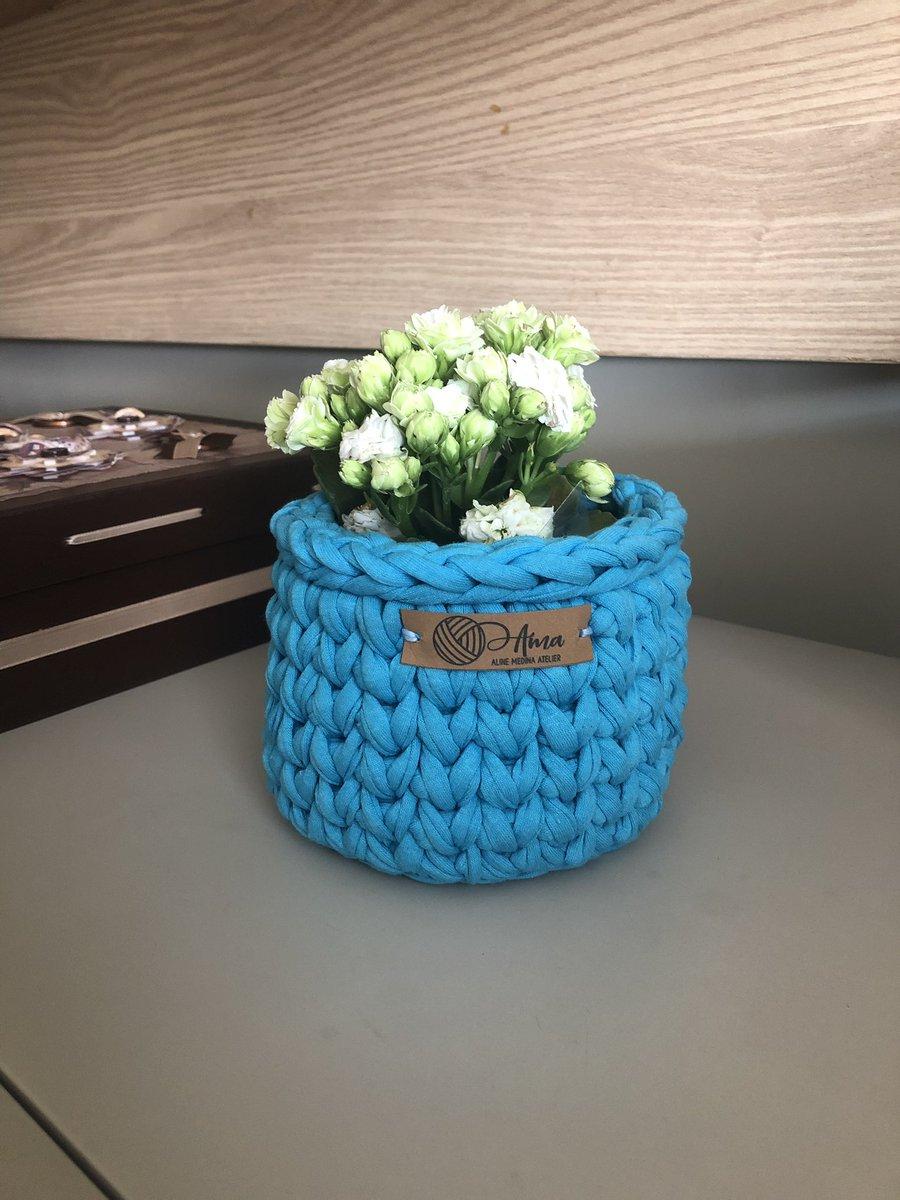 Hoje vou mostrar para vocês 3 formas diferentes e lindas que os cachepôs podem ser utilizados na decoração e organização da casa e do escritório! .  Vejo flores em você! 1/3 #crochemoderno  #fiodemalha #cachepo #cachepofiodemalha  #designdeinteriores  #artesanal  #contemporaneo