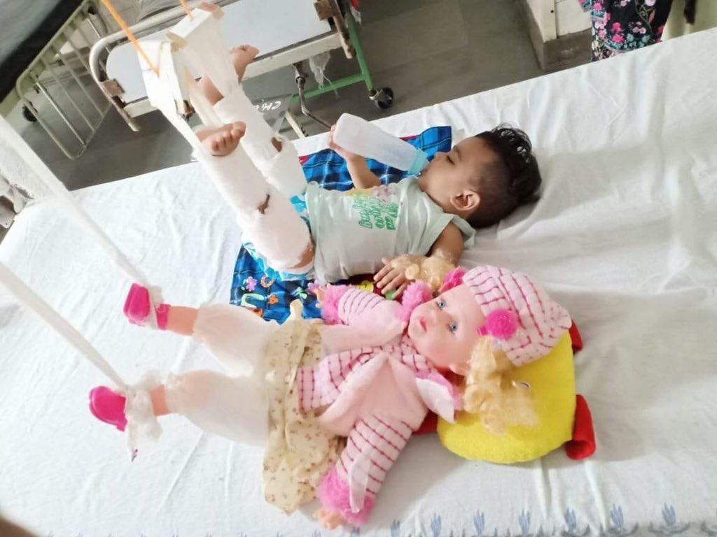 11 महीने की ज़िकरा बेड से गिर गई। पैर में फ़्रैक्चर हो गया। इलाज और प्लास्टर के नाम पर बेक़ाबू होकर रोने लगती। लोकनायक अस्पताल के डॉक्टर्स ने उसकी जिगरी दोस्त परी को भी साथ में भर्ती किया। परी का साथ देने के नाम पर ज़िकरा ने भी प्लास्टर करा लिया। परी उसकी गुड़िया है।
