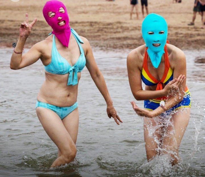 Las Chinas imponiendo Moda.. El #Facekini se viene con todo para protegerse del sol y cuidar la piel en el verano al entrar al agua. Pidan colores por dm.. #modaNoIncomoda Bueno, está un poquito que sí..
