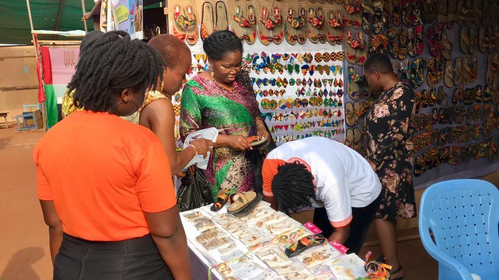 La 8ème édition de la Foire @FoireAdjafi a ouvert ses portes, et je suis allée à la rencontre des jeunes exposants togolais et de pays frères (Bénin, Burkina-Faso,Niger,Côte d'Ivoire) pour découvrir leurs produits et discuter avec eux. https://t.co/sGI4mvvTnX