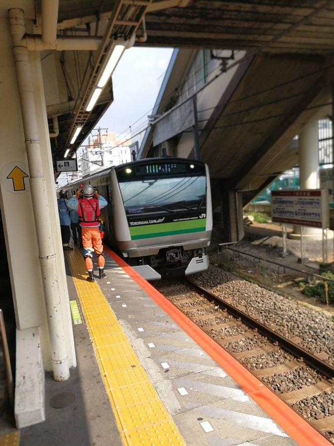 長津田駅の人身事故でレスキュー隊や救急隊が救護活動している現場画像