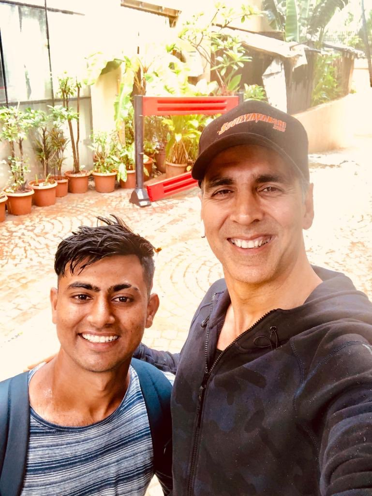 Akshay Kumar 's fan from Dwarka,  Gujarat walks 900 km to meet him in Mumbai