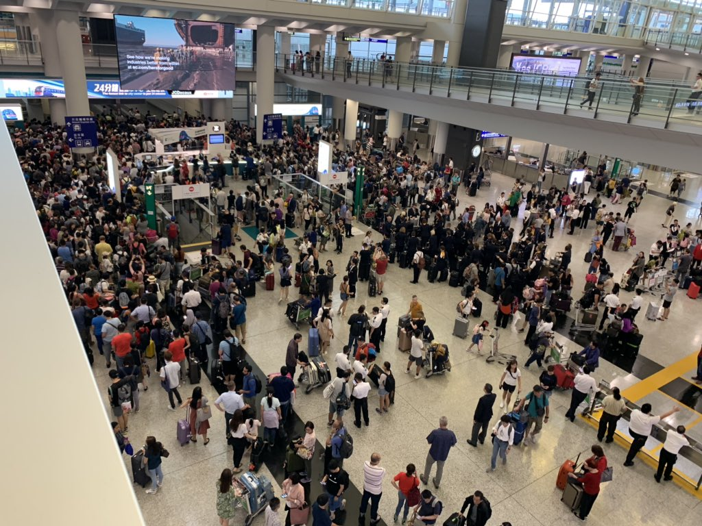 Looks like the barricades and blocks to keep the protesters out are starting to effect passengers and crew. #hkprotest #hongkongairport <br>http://pic.twitter.com/z4kNQz3b5e