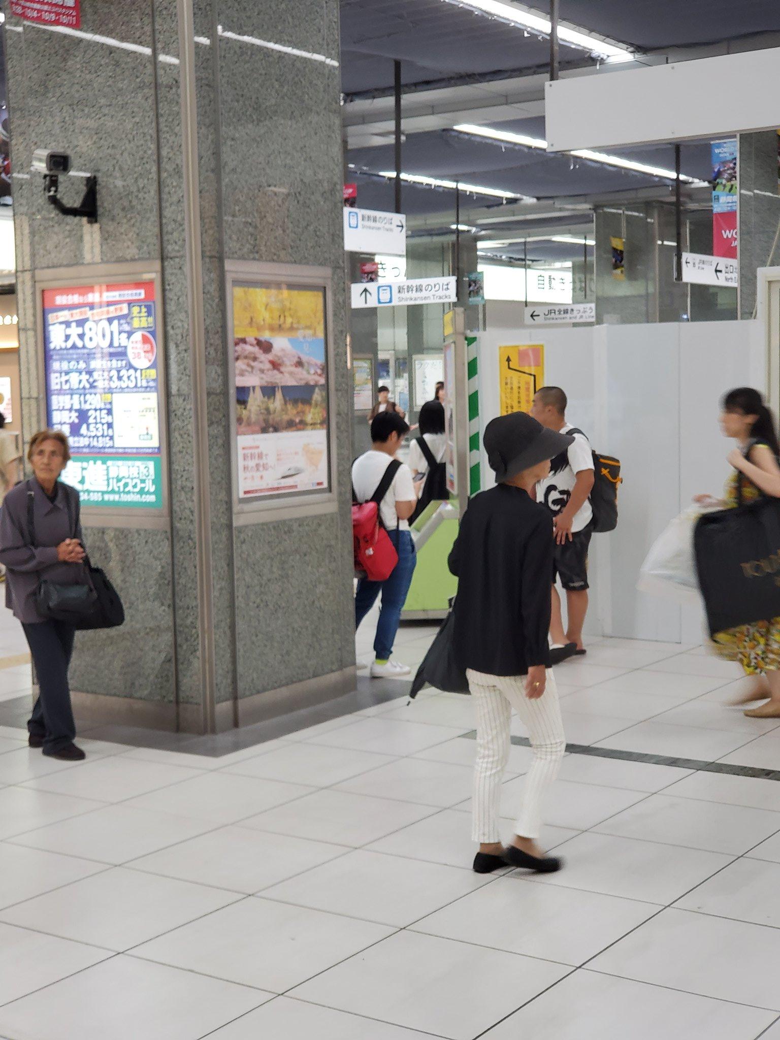 拡散希望。RTお願いします。 最近、静岡駅内で1000-2000円を奪うお婆さんが出没しております。黒い帽子、白いパンツ 犯人は重い病気で今日泊まる所がないと言い、お金をむしり取ろうとしてます。絶対にお金は渡さないで! #拡散希望#窃盗#静岡駅#静岡#お婆さん#1000円#警察