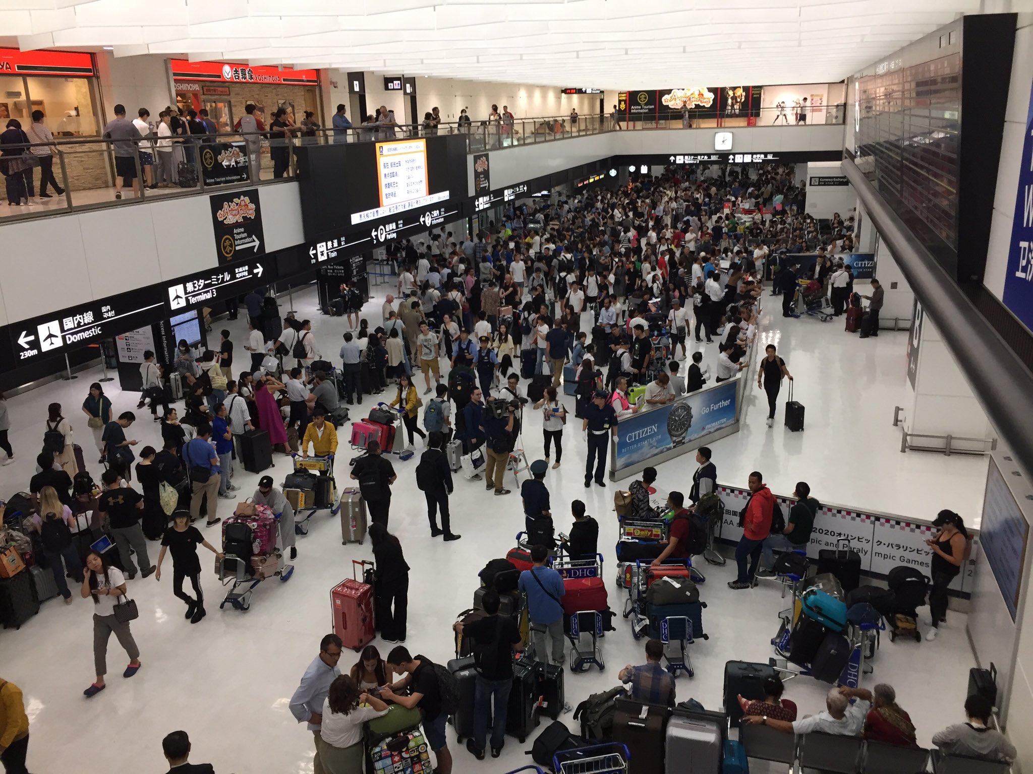 成田空港が帰宅難民で大混雑している現場の画像