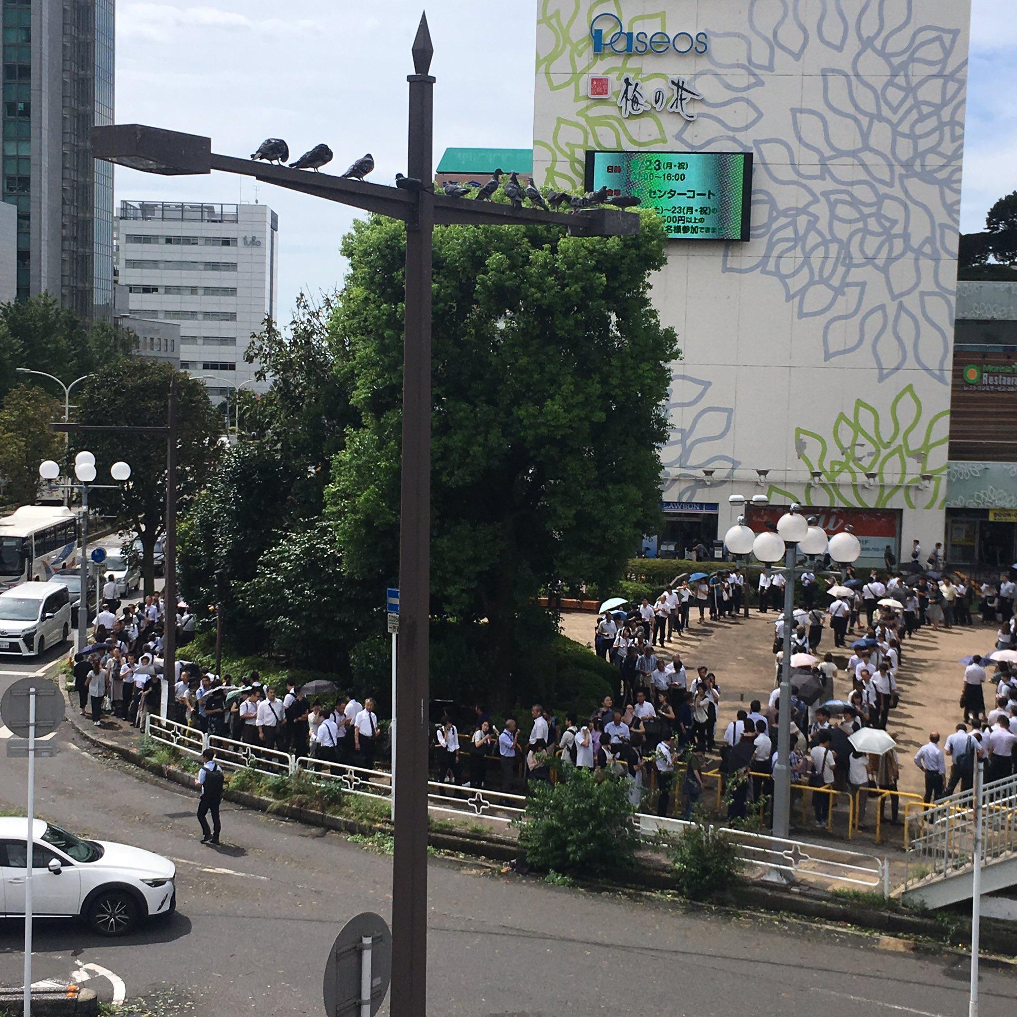 津田沼駅に長蛇の列ができている現場の画像