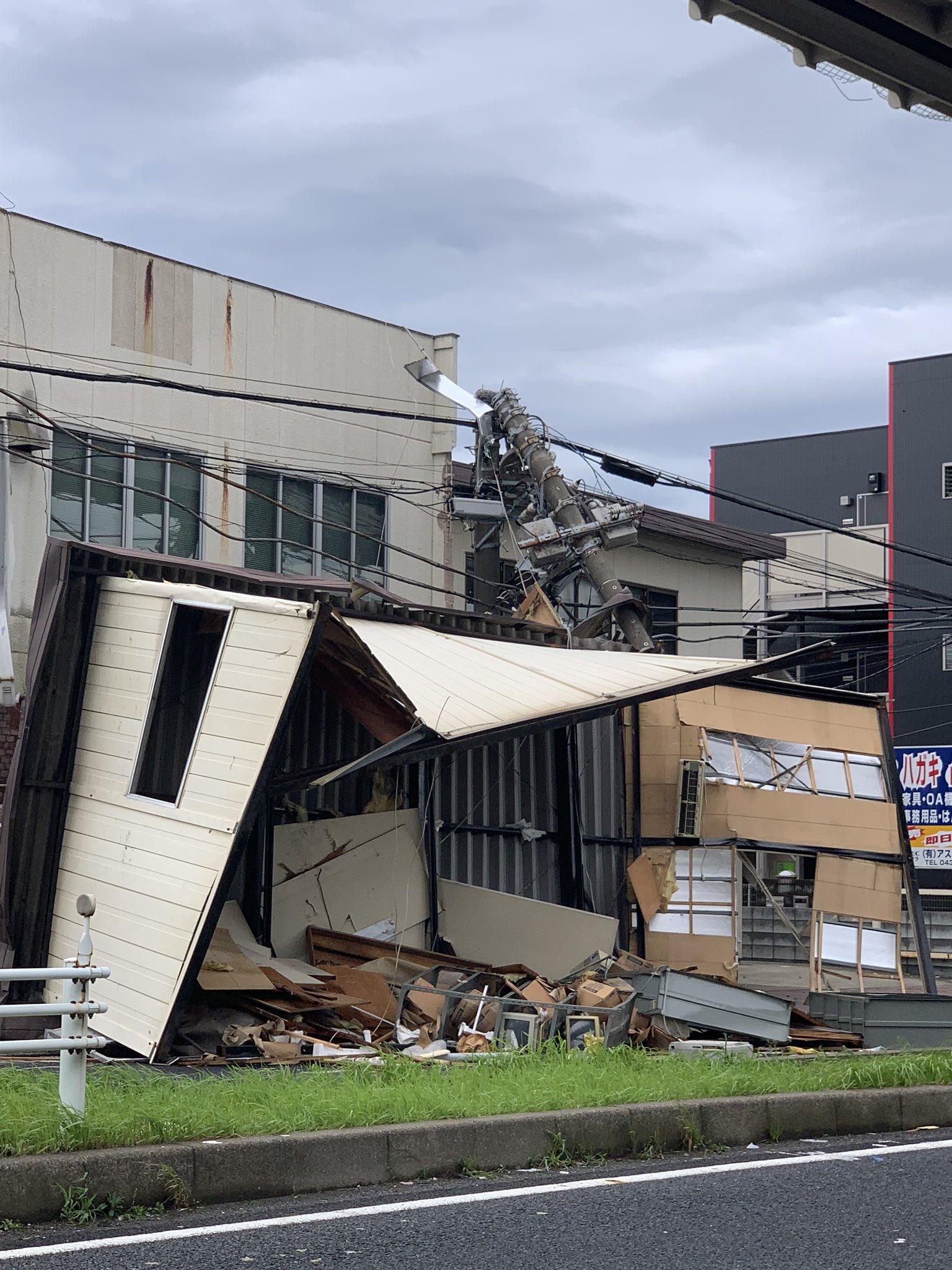 画像,屋根が飛んで電柱が倒れてたり、千葉公園は入り口がもうダメでした。 https://t.co/Mfjy4gYVyP。