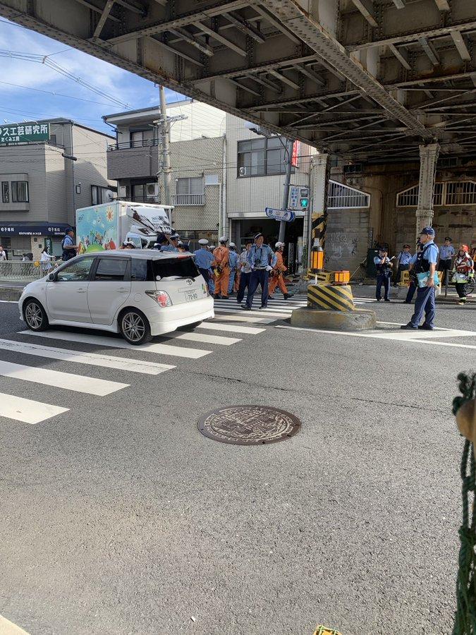 大阪環状線の寺田町駅~桃谷駅間で橋桁にトラックが衝突した事故現場の画像