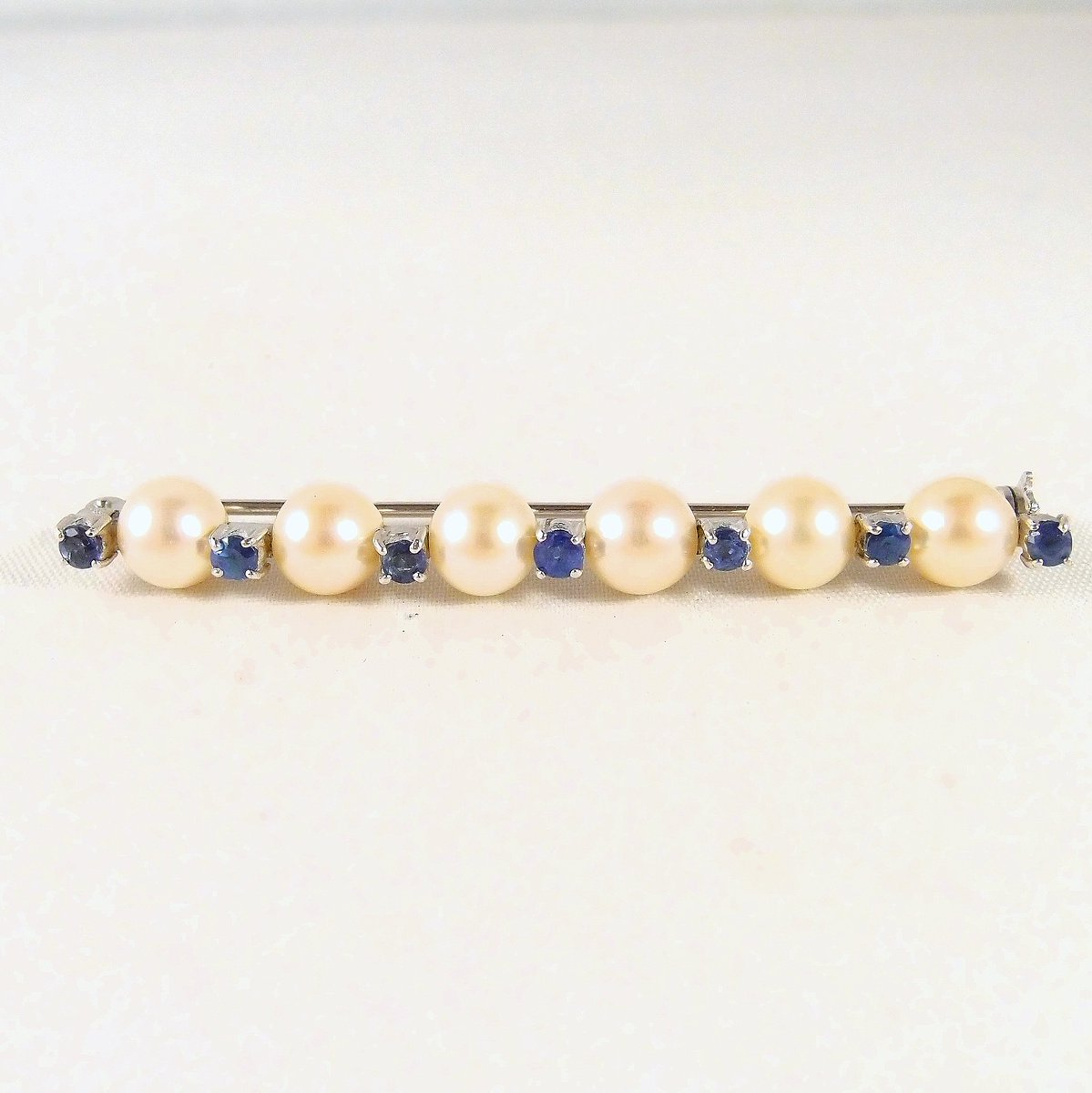 6 gorgeous pearls enhanced with 7 natural sapphires on an 18K solid gold bar brooch Edwardian fine stamped pin Perfect bridal jewelry #pearlsofinstagram pic.twitter.com/QuMHZcSz3e