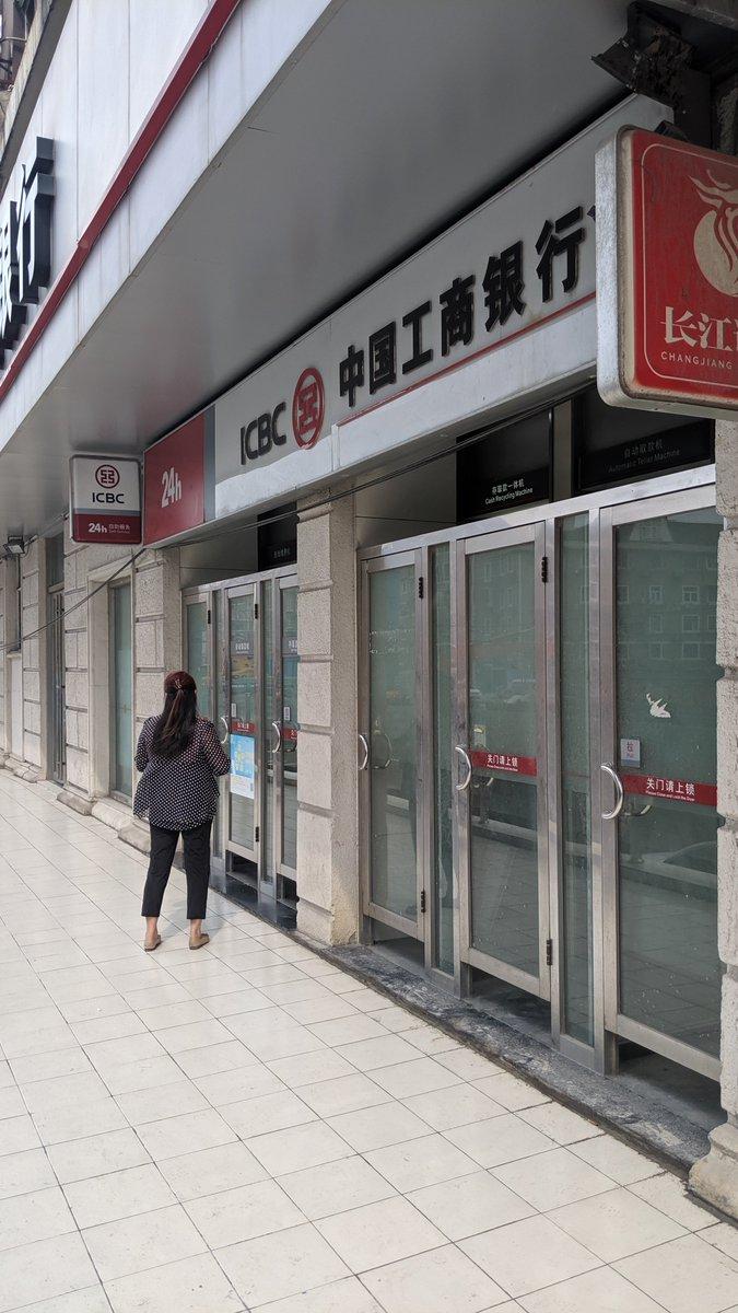 上海市街地には両替所無し。役に立ったのは中国の銀行ATMでクレジットカードを利用してキャッシング。これならVISA/Master/JCBでも利用可能(私はVISAで利用)。「中国工商銀行」のATMなら確実にキャッシング出来ます。最新式ATMなら日本語表記も可能。もしキャッシング方法知りたい人がいたら解説します