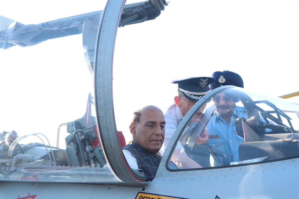 هل الهند مهتمه بها ؟ وزير الدفاع الهندي يطلع على مقاتله F-15 لدى سلاح الجو الياباني  EDhlMs6VAAITmVs