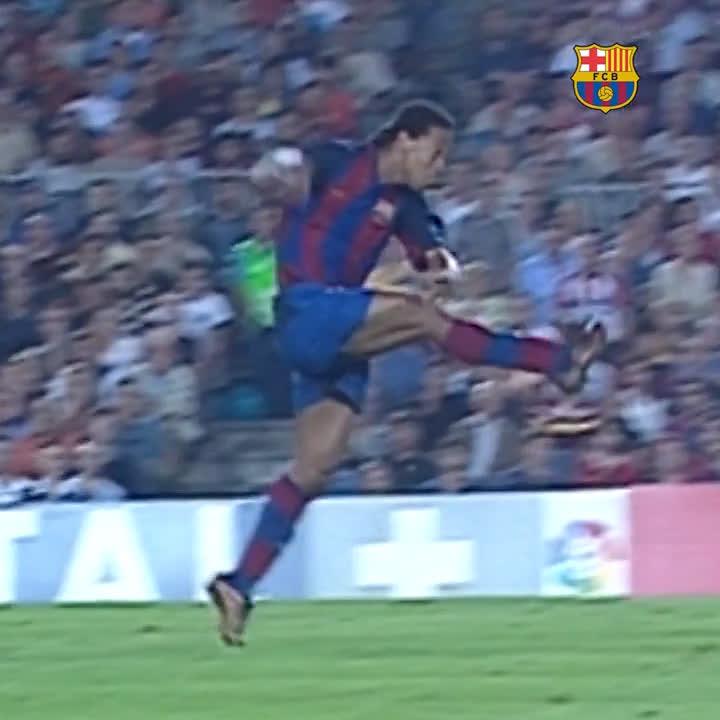 🔙 Há exatos 16 anos... 🔥 ...@10Ronaldinho marcava seu 1º gol com a camisa do Barça. O resto é história! 🤙 🇧🇷 #BrasilFCB 🔵🔴