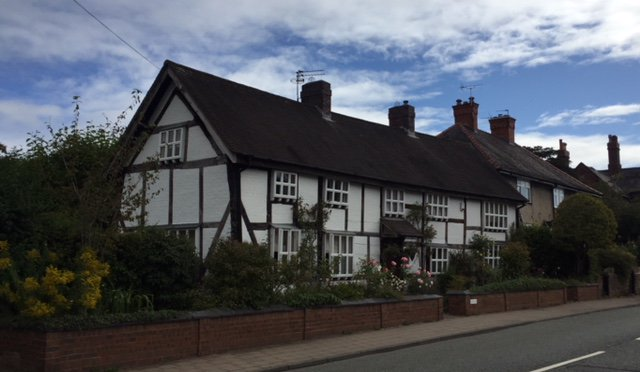 Nos 112 - 116 Malthouse Cottage was at one time four cottages and is thought to stand on the site of a leper hospital.  #WelshRowWednesdays #Cheshirehistory  #Discovernantwich #Nantwich #NantwichMuseumpic.twitter.com/t7IzwyZNEo