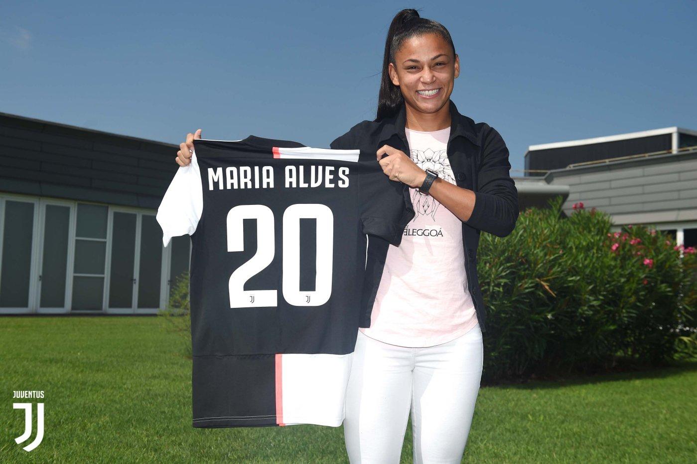 Maria Alves posa com a camisa 20 da Juventus (Foto: Divulgação / Juventus)