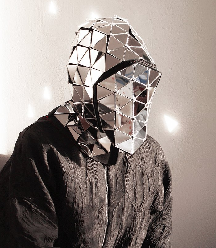 「顔認証ソフトウェアから身を守るマスク」が発売されたみたいだけど、公の場でこれをかぶる勇気が私には足りない…!