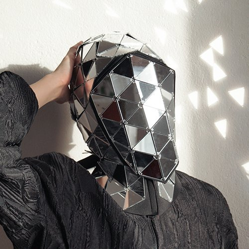 顔認証ソフトウェアから身を守るマスク怪しすぎwwかぶるのに勇気が必要