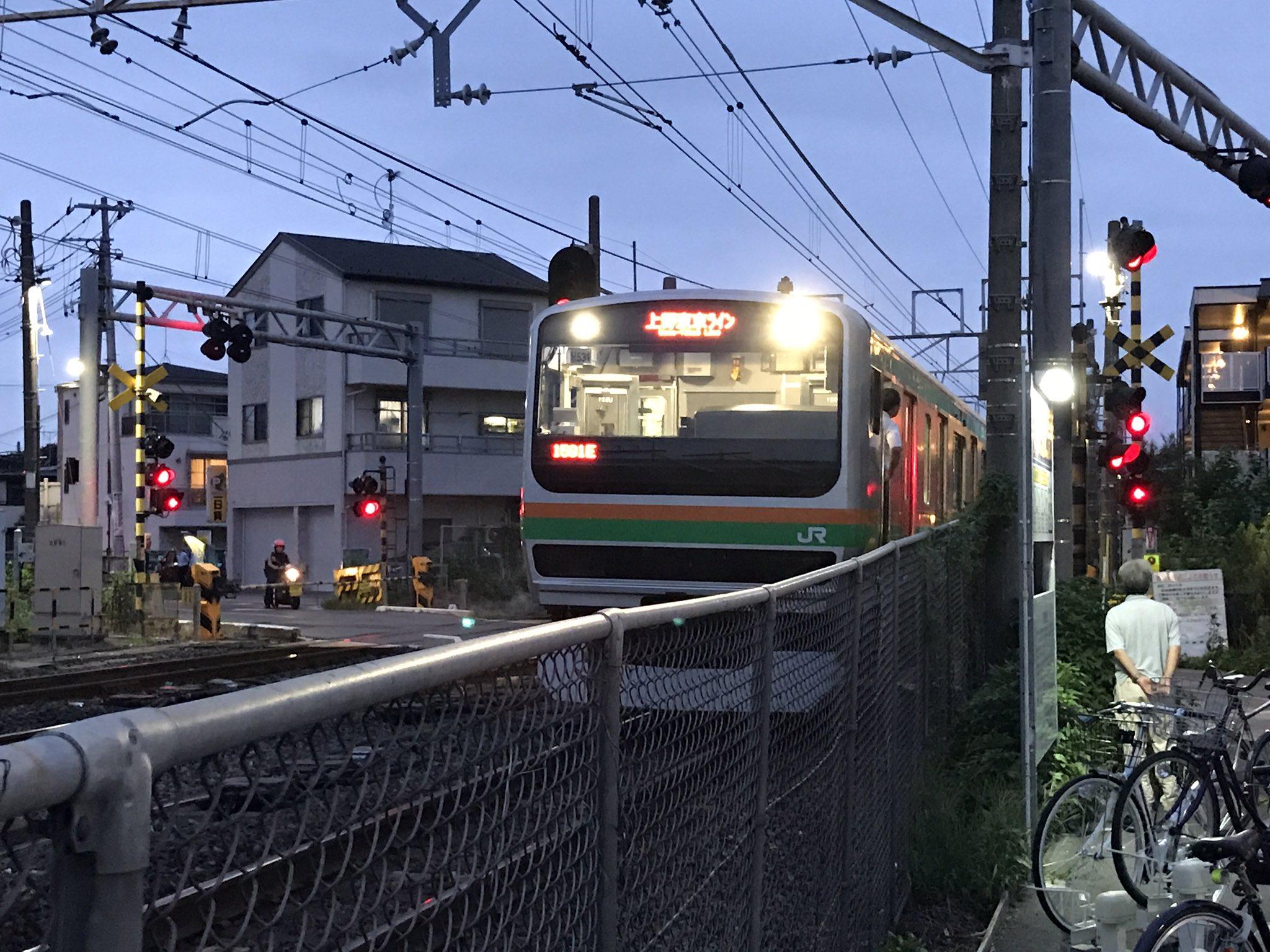 蓮田駅付近の踏切で人身事故が発生し電車が緊急停止している現場の画像