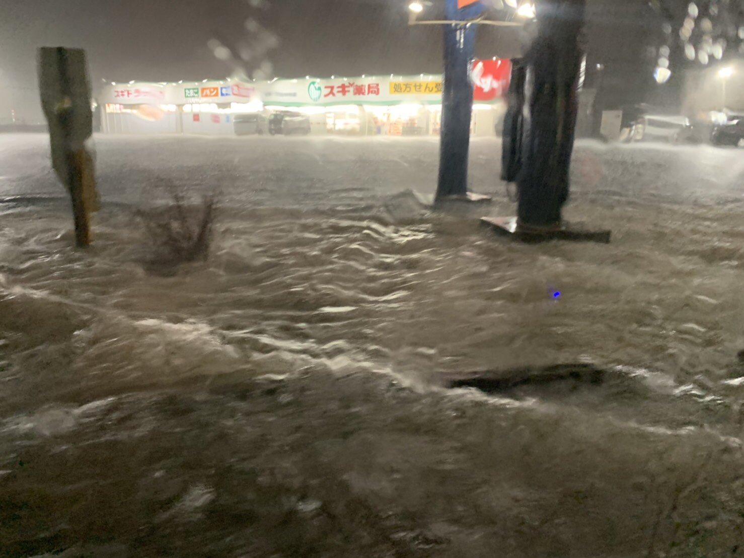 三重県内の大雨で道路が冠水している画像