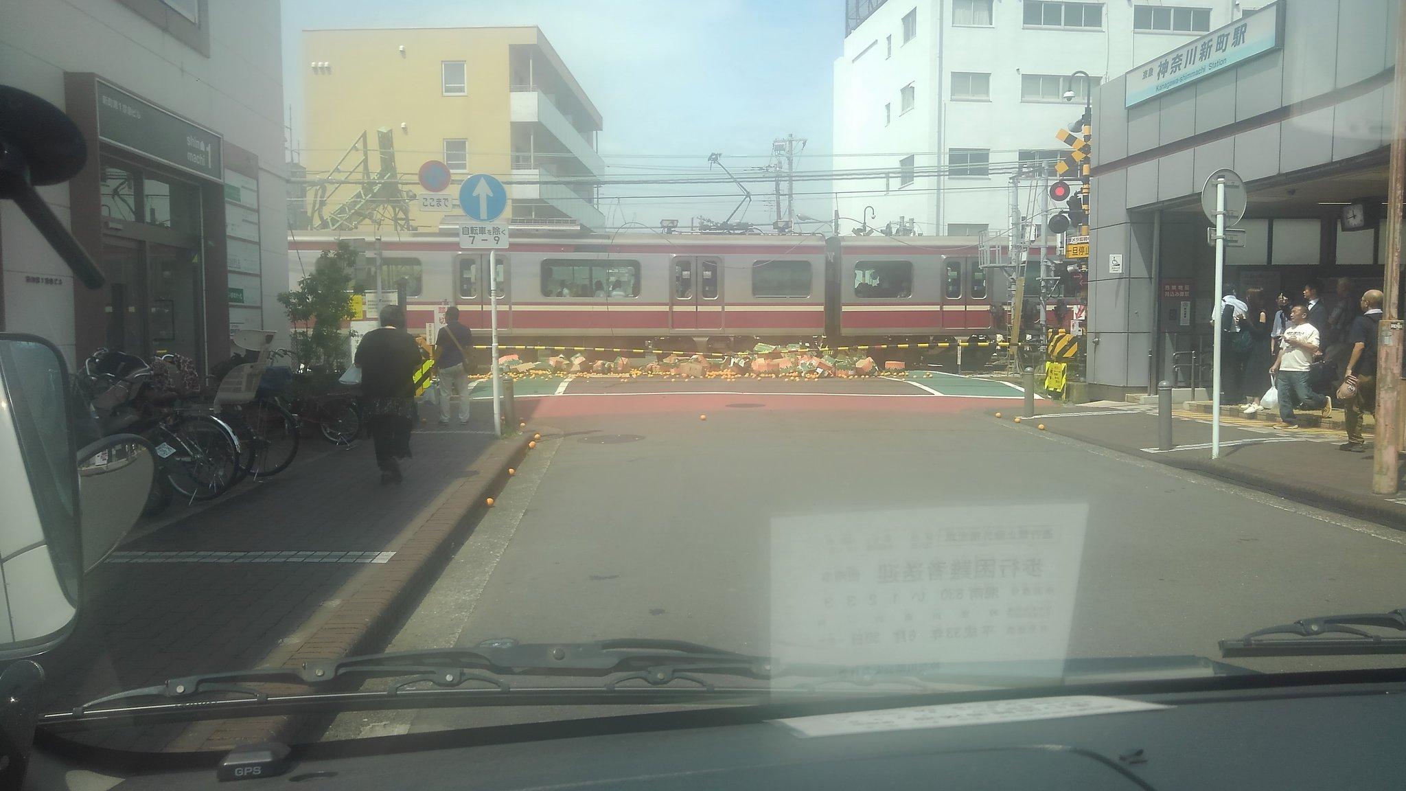 画像,踏み切り待ちしてる目の前でトラックが曲がりきれず「なにしてんだろなー」って思ったら電車突っ込んだ https://t.co/jpP2tDUDMo…