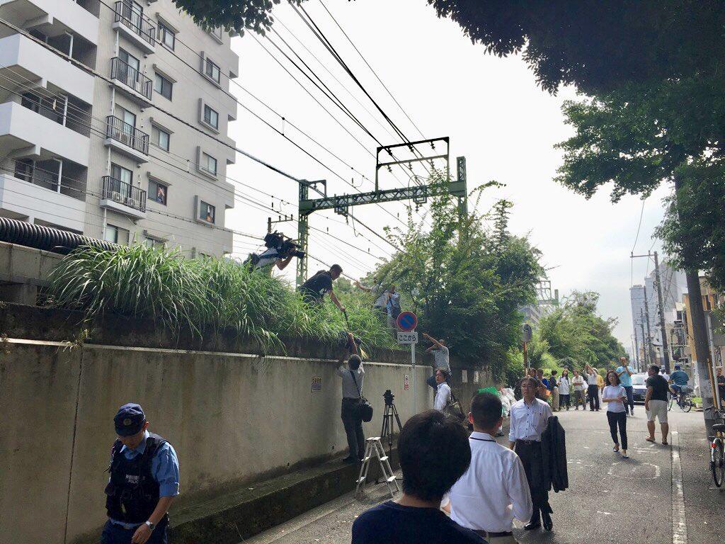 京急線の踏切事故現場でマスコミが立ち入り禁止に入り撮影している画像
