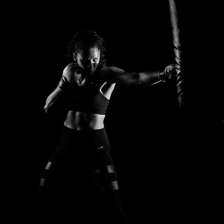 Sin perder el enfoque 🎯 #mmagirl #blackandwhite #photography por @blacksilverstudio #fighter @rio_sport_oficial #sport #mmalatino #mmagloves #light  #MartialArts