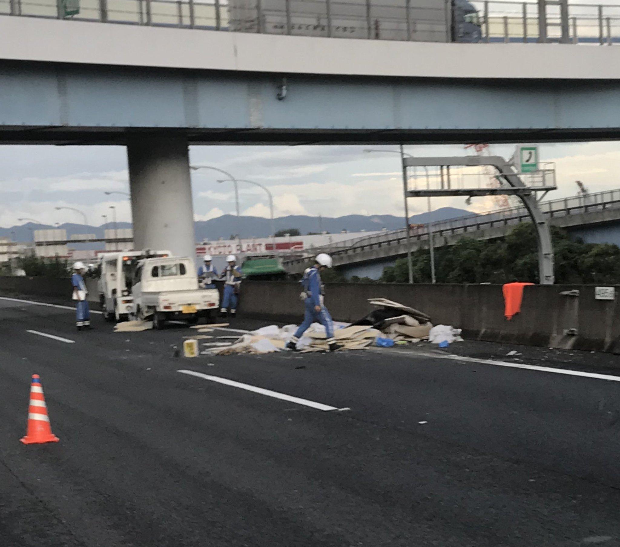 画像,名神高速道路大山崎JCT先の事故NEXCOのデリカPCが… https://t.co/1iaeOIGrmH。