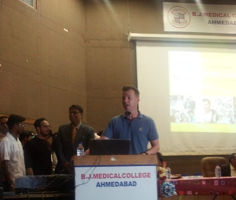 Brett lee bowled over audience by his apt use of Hindi word and phrases during event in Ahmedabad