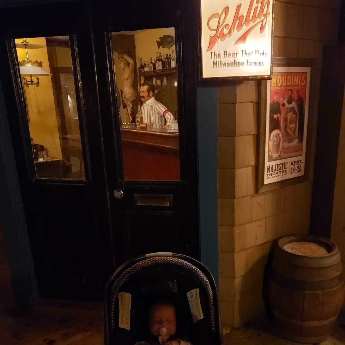 Pooper in the meets, napper in the Streets #paternityleave #milwaukeepublicmuseum pic.twitter.com/L7TRdCrffn