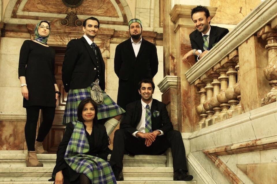 Scotland has officially created a tartan to honour its Muslim citizens. Blue: Scottish Flag Green: Islam 5 white lines: the 5 pillars of Islam 6 gold lines: the 6 articles of faith Black square: the Kaaba 😍🧕🏴 Scottish citizens, Glasgow City Chambers (Attire's Mind)