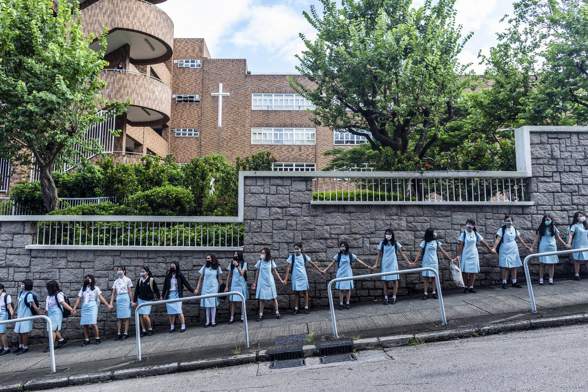 It's been 5 days since the first day of the school year, these students of Maryknoll Convent School in Hong Kong formed a human chain this morning to draw attention to the #HongKongProtests' 5 demands.