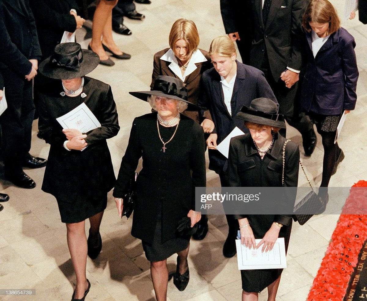 Mace Pa Twitter Video The Queen Princess Margaret Princess Anne Prince Edward And Other Members Of The Royal Family Stand At The Gates Of Buckingham Palace As The Funeral Cortege For