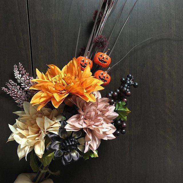 test ツイッターメディア - ある場所に飾るために作った、ハロウィンブーケ。 材料は全部ダイソー。今の100均の造花、侮れません。  #daiso #ハロウィン #ブーケ手作り https://t.co/oSa85cNJ1l https://t.co/RTWUN6kufG