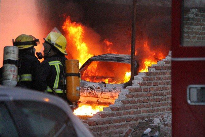 #GeneralPico | Un auto fue consumido por las llamas y se presume que habría sido intencional