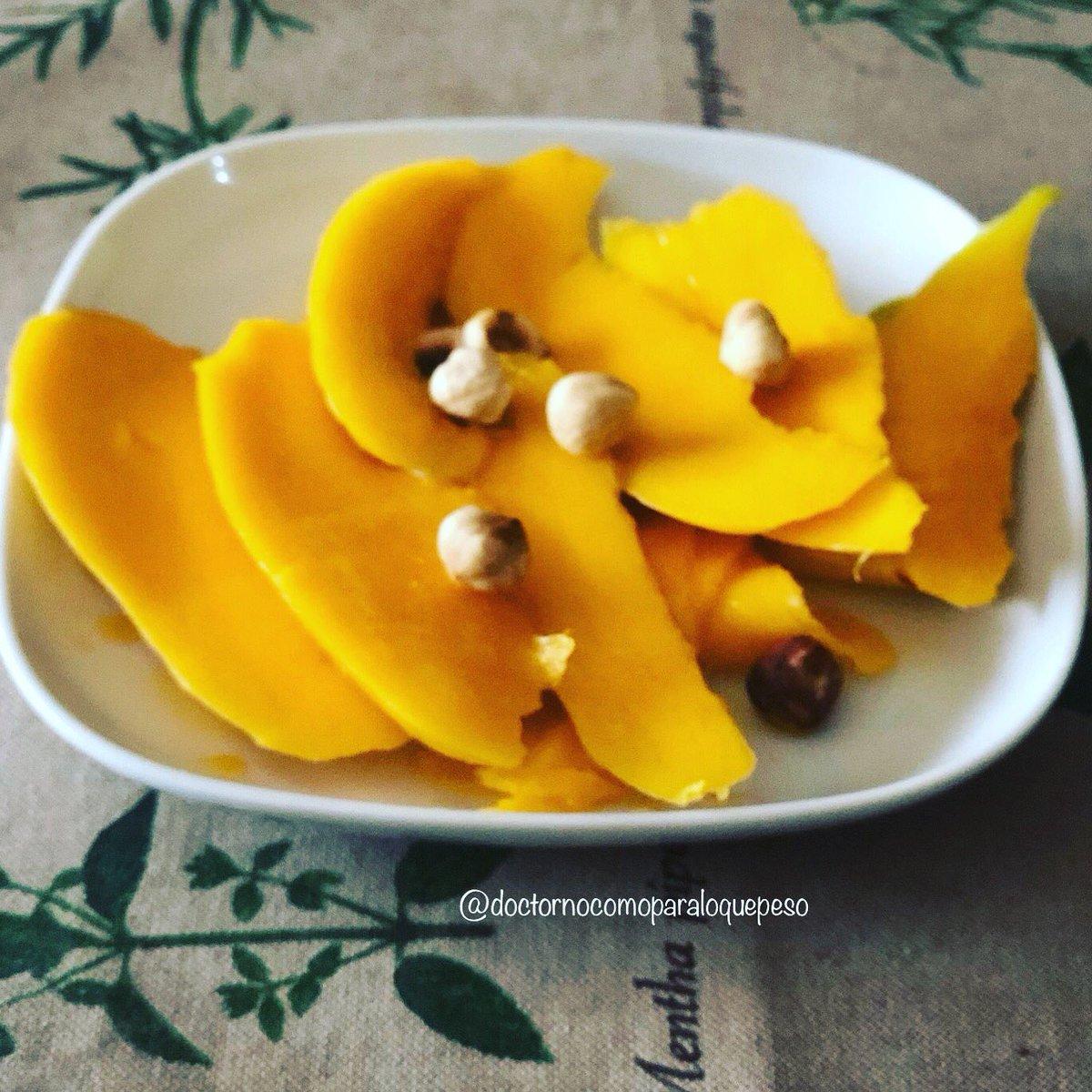 Hoy nuestro desayuno tiene de fruta un delicioso mango, con unas avellanas tostadas, buenos días!! #desayunofit #delicious #comomevoyaponer #nutricion #carotenoids #frutafresca #quericoescomer #alimentarse