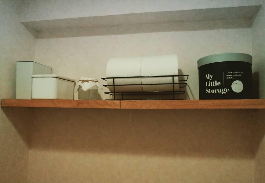 test ツイッターメディア - トイレの棚を #DIY しました🙂 収納棚がなかったので、突っ張り棒を使った簡易棚です。  中央の小瓶は保冷剤を入れてます。消臭効果があるので、アロマオイルを混ぜて芳香剤と兼用で置きました。右の2つの小物はキャンドゥで購入。  #日曜大工 #トイレリメイク #キャンドゥ #無印良品 #100均一 https://t.co/qQXAvoUQ3o
