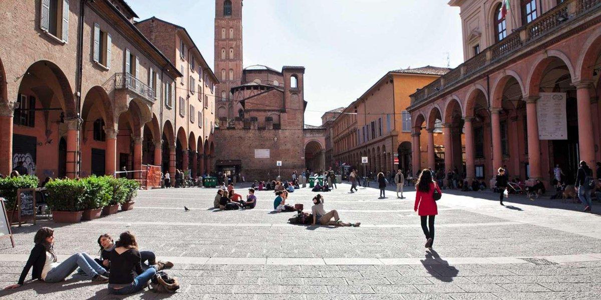 A Bologne, en Italie, 2 000 logements environ sont loués par les touristes sur Airbnb, au détriment des étudiants, contraints de s'exiler en périphérie. La mairie et l'université se mobilisent pour leur trouver des chambres. https://www.lemonde.fr/m-le-mag/article/2019/09/20/bologne-essaie-de-rattraper-ses-etudiants-chasses-par-airbnb_6012425_4500055.html?utm_medium=Social&utm_source=Twitter#Echobox=1569006297…