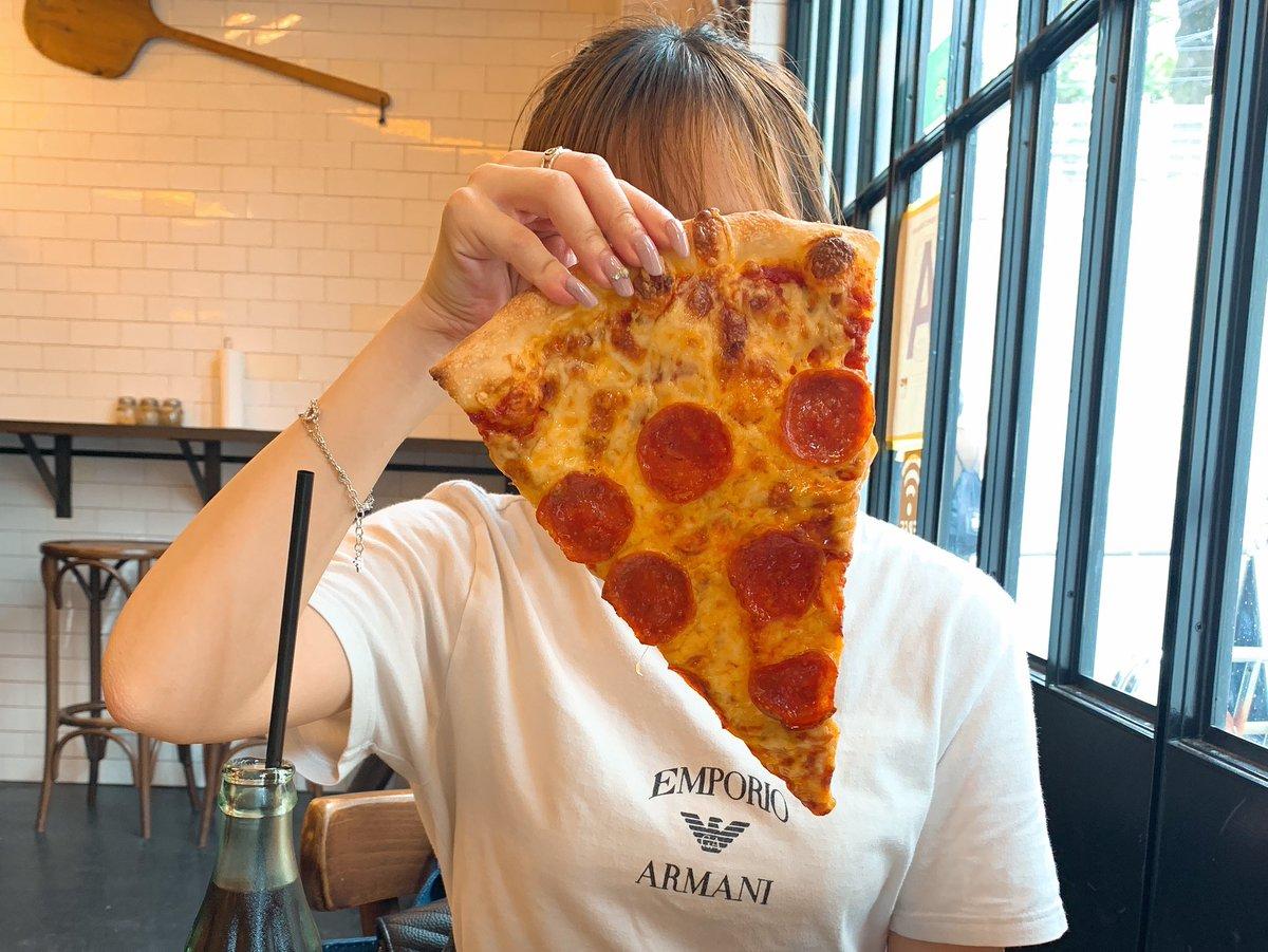 まじでこの世の全てのピザ好きに教えてあげたいんだが表参道のpizzaslice2には全ての人間を虜にする禁断のピザがある。これが店内オシャレ、大きめサイズの本格的なピザで超絶美味いからぜひ全国のピザ好き、ピザを愛する者たち、ピザを憎む者たち、全てのピザ関係者に伝われ。