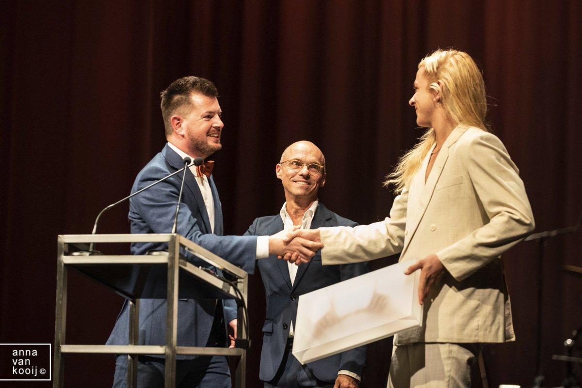 Tijdens het Gala van het Nederlands Theater @theaterfestival werd dit jaar voor het eerst ook de Theaterfotografie Prijs uitgereikt. Jan Versweyveld overhandigde hem aan @BartGrietens Deze juryvoorzitter is blij en trots.pic.twitter.com/ZmbrA5hWiu